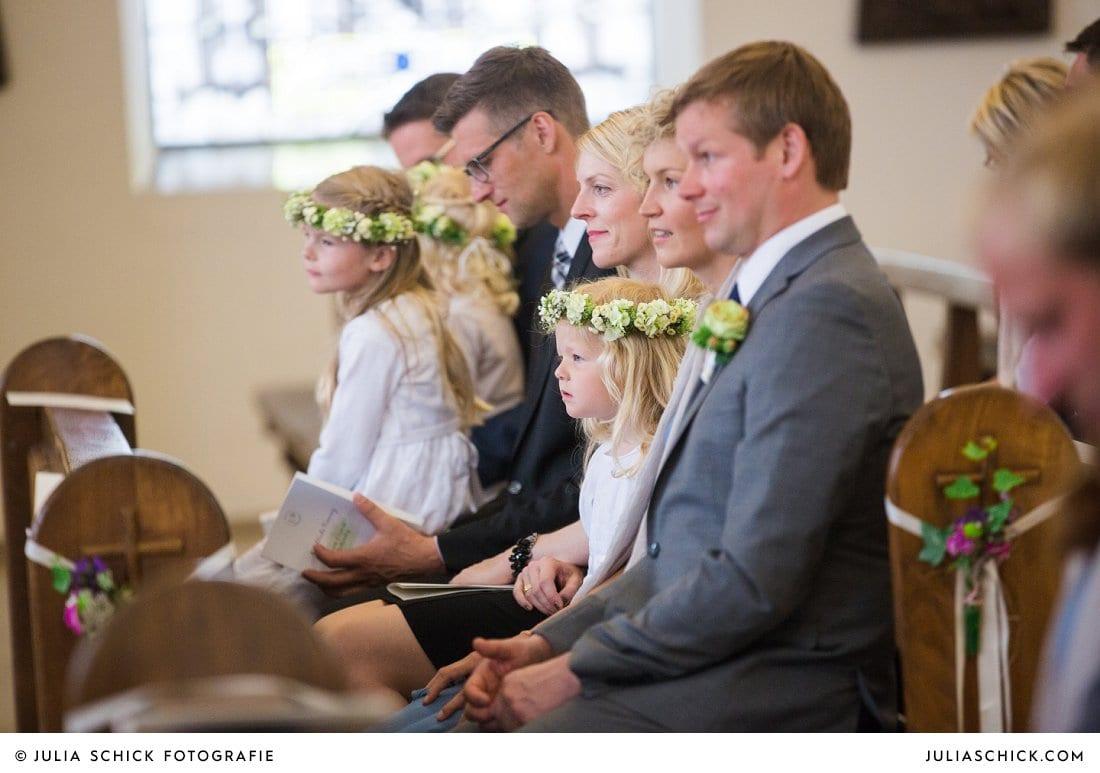 Blumenkinder und Gäste bei kirchlicher Hochzeit in der Kirche St. Mariä Himmelfahrt in Ahaus Alstätte