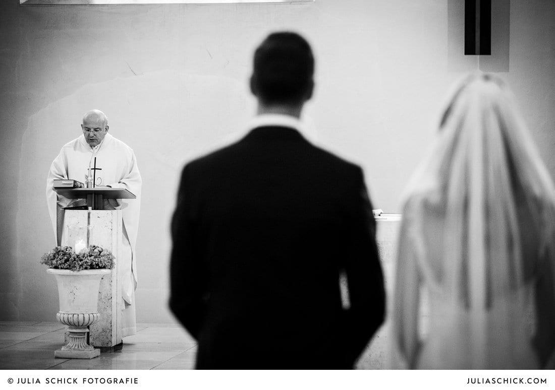 Pfarrer und Brautpaar bei kirchlicher Hochzeit in der Kirche St. Mariä Himmelfahrt in Ahaus Alstätte
