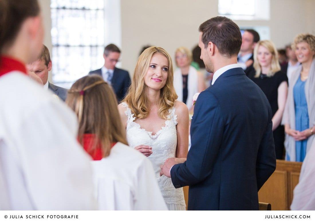 Brautpaar tauscht Eheringe bei kirchlicher Trauung in der Kirche St. Mariä Himmelfahrt in Ahaus Alstätte