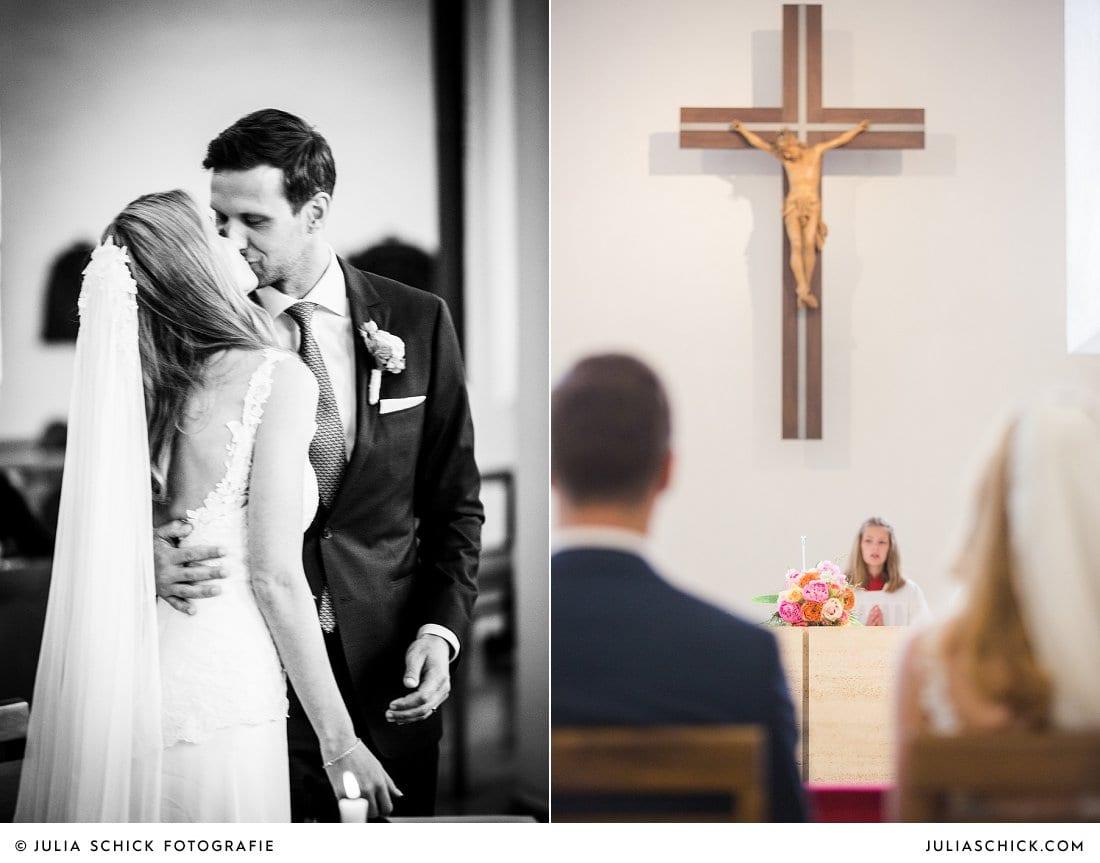 Küssendes Brautpaar und Altarkreuz bei kirchlicher Hochzeit in der Kirche St. Mariä Himmelfahrt in Ahaus Alstätte