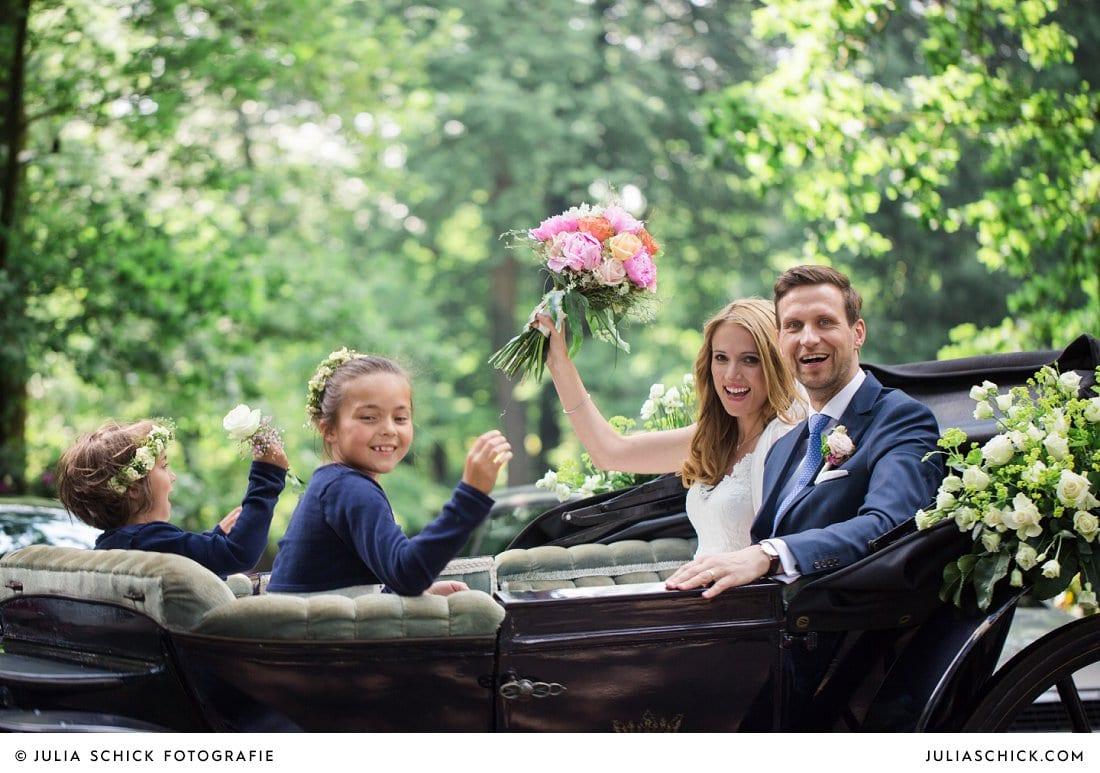 Ankunft des Brautpaares an der Festscheune des Gasthaus Haarmühle in Hochzeitskutsche