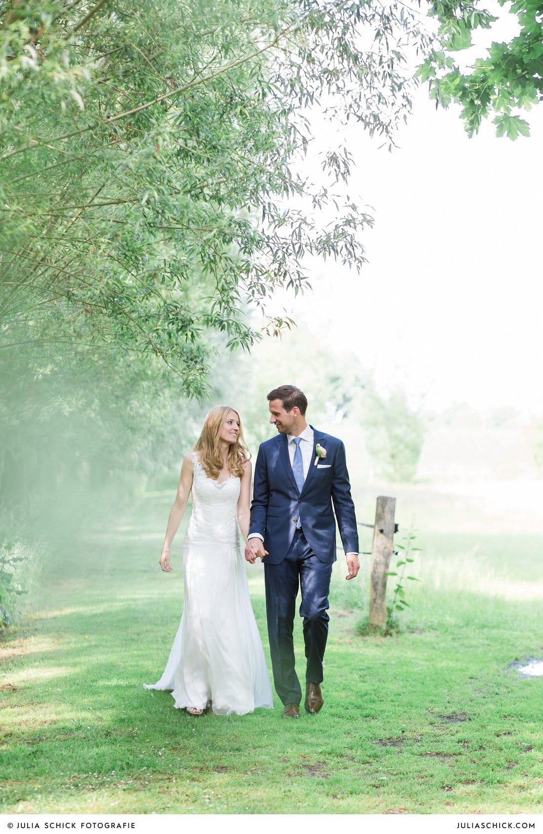 Braut in Kleid von Alla Andersen und Bräutigam an der Gaststätte Haarmühle in Ahaus Alstätte