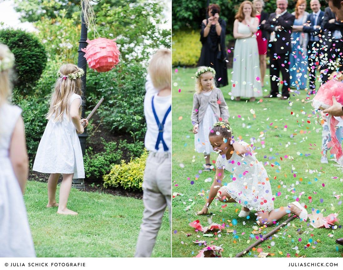 Blumenkinder schlagen auf Pinata bei Hochzeit bei Haarmühle in Ahaus Alstätte