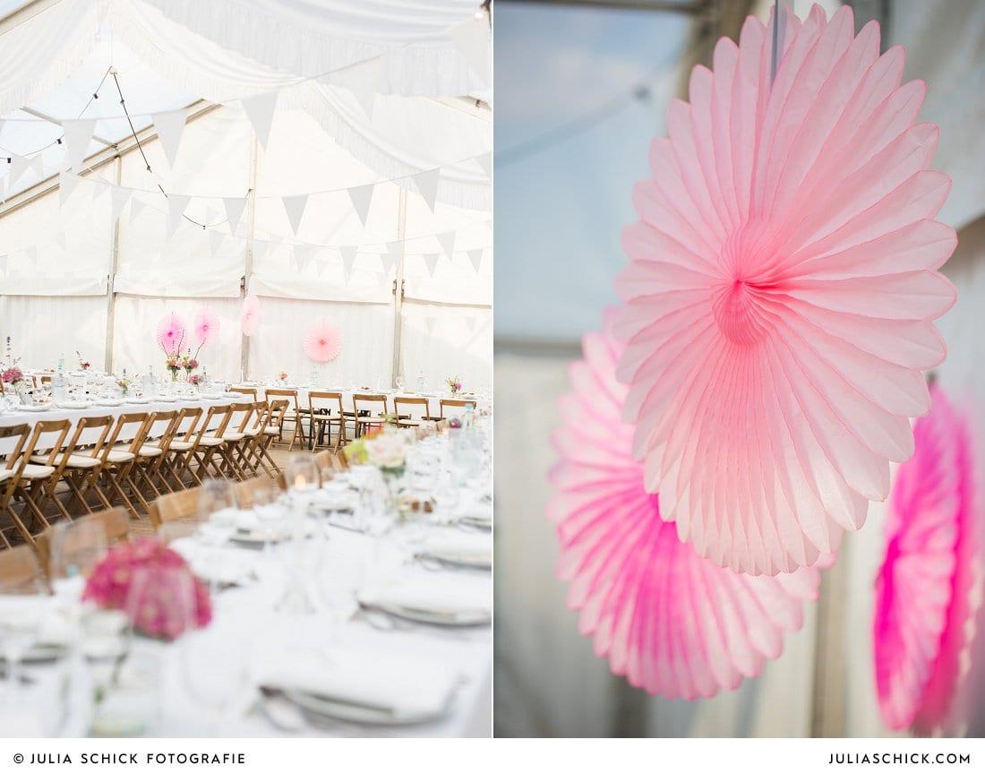 Hochzeitsdekoration in Festzelt mit Faltrosette in rosa
