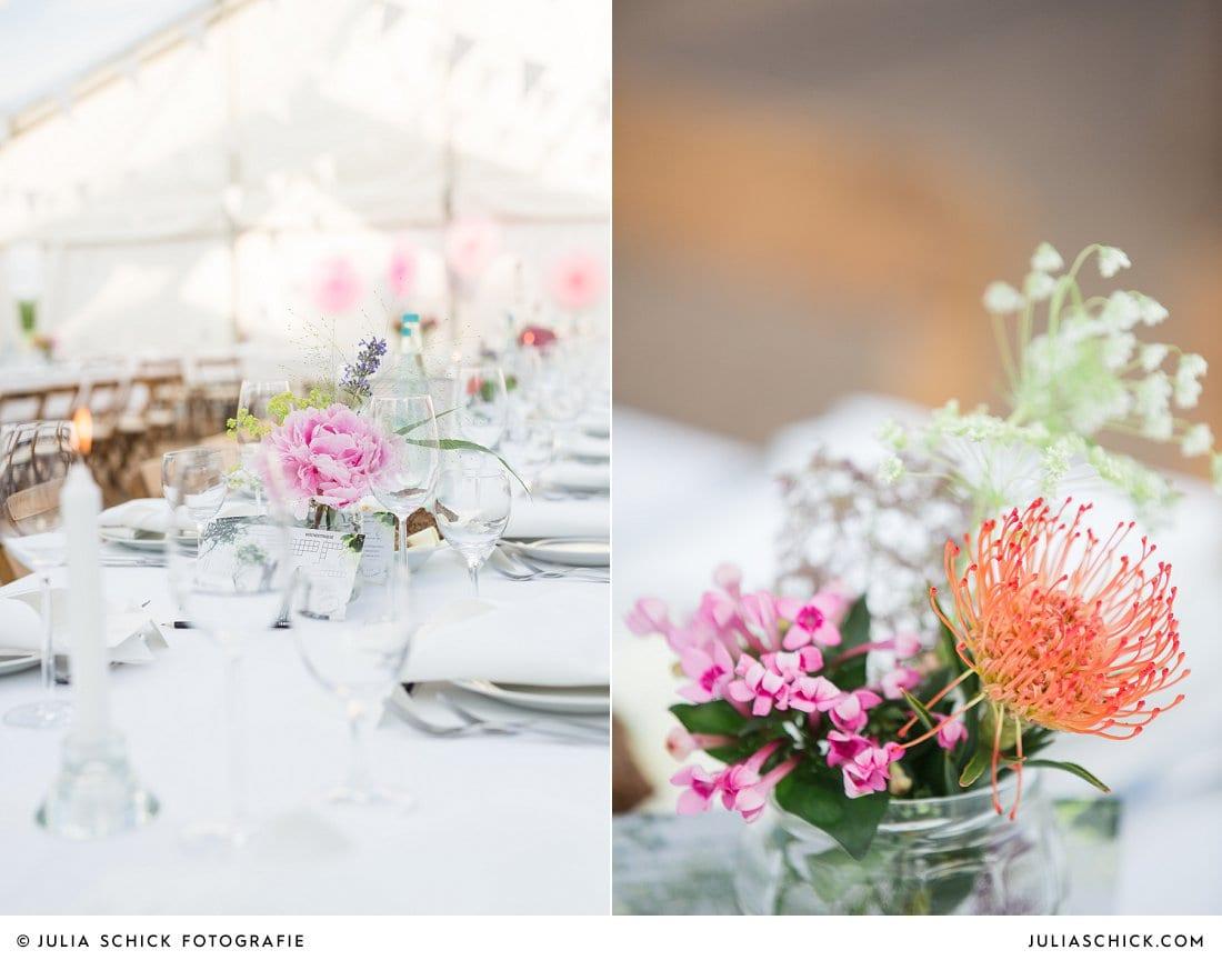 Wildblumen als Hochzeitsdekoration in Festzelt