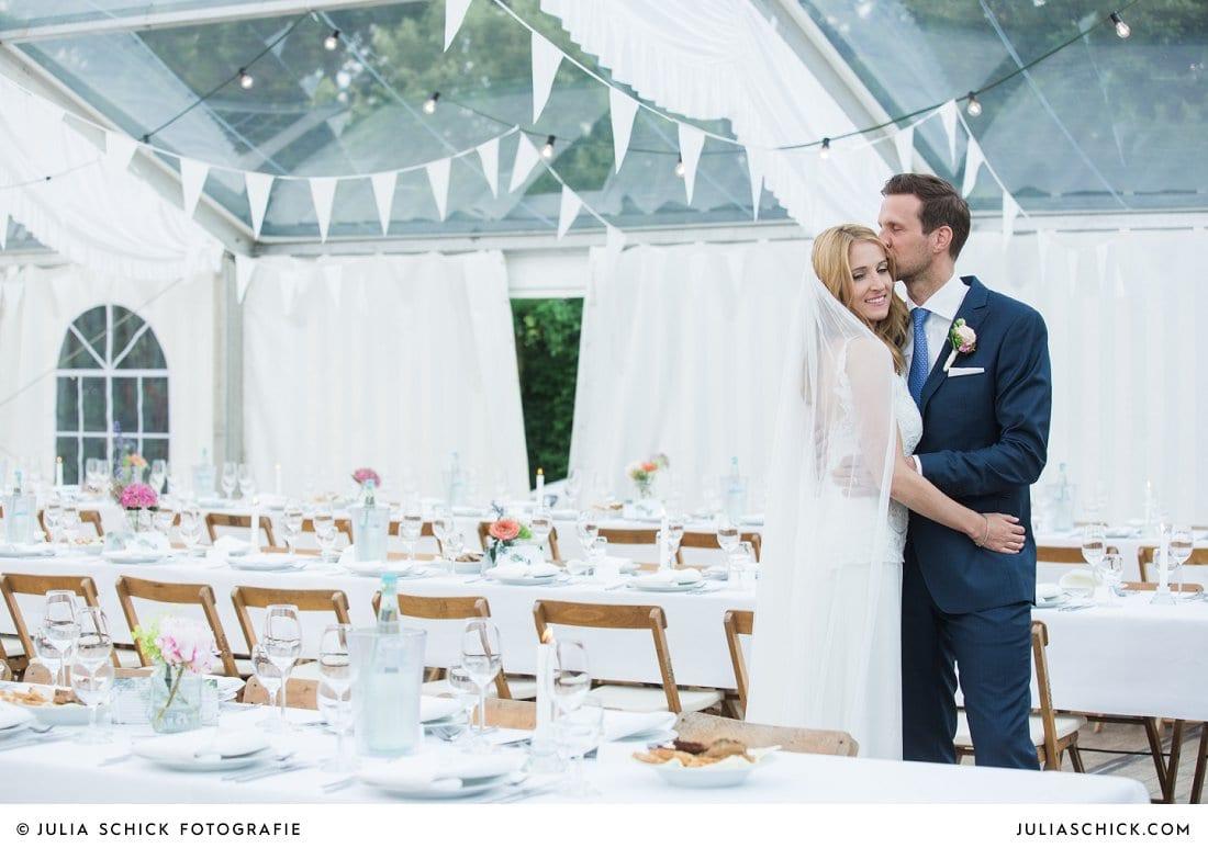 Hochzeitsdekoration und Brautpaar bei Hochzeitsfeier in Festzelt