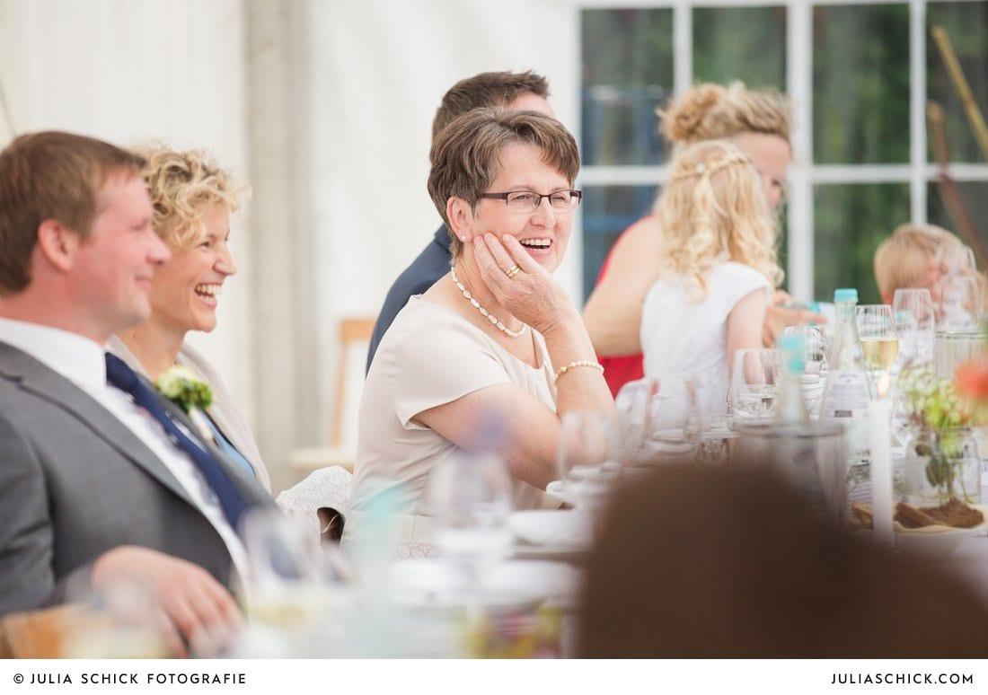 Fröhliche Hochzeitsgäste bei Hochzeitsfeier in Festzelt bei Gaststätte Haarmühle in Ahaus Alstätte