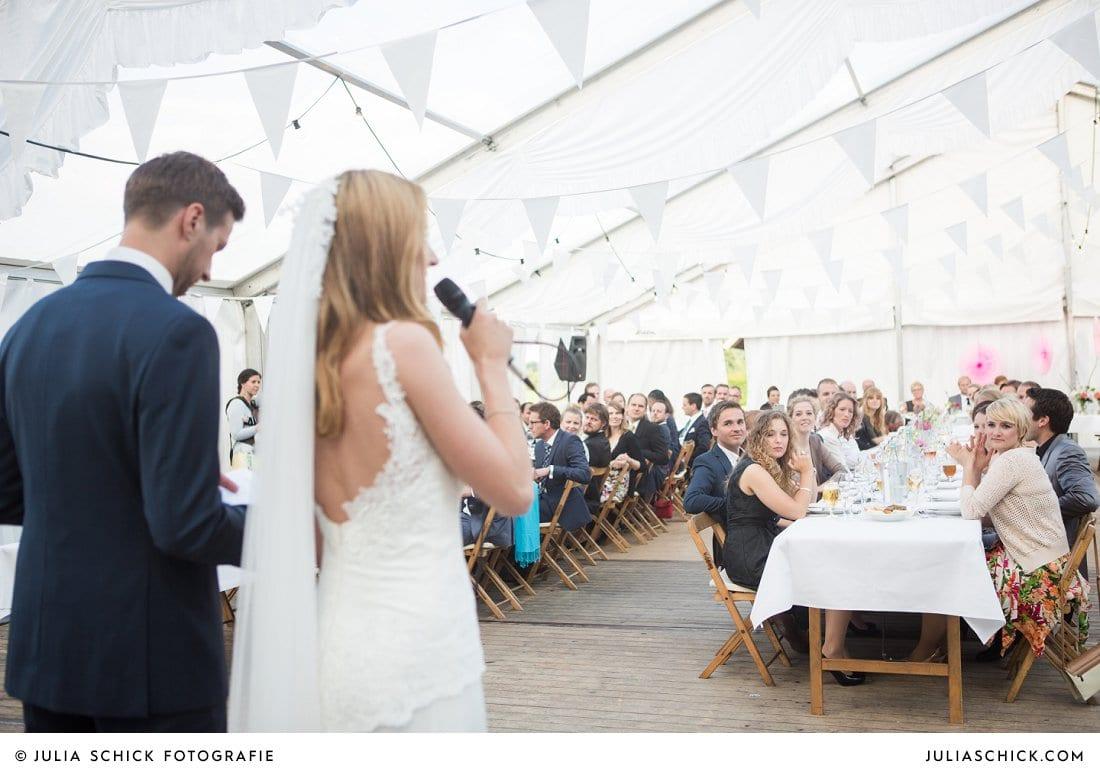 Brautpaar hält Rede bei Hochzeitsfeier in Festzelt bei der Gaststätte Haarmühle in Ahaus Alstätte