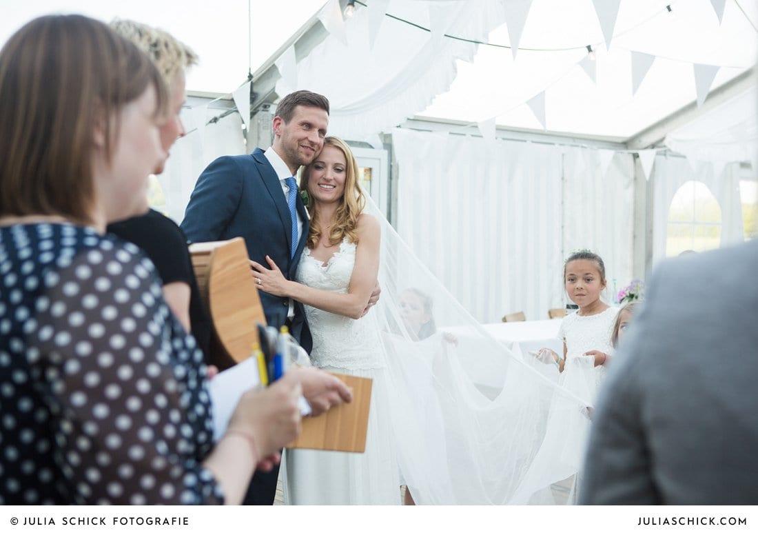 Brautpaar erhält Geschenk bei Zelthochzeit in Ahaus Alstätte