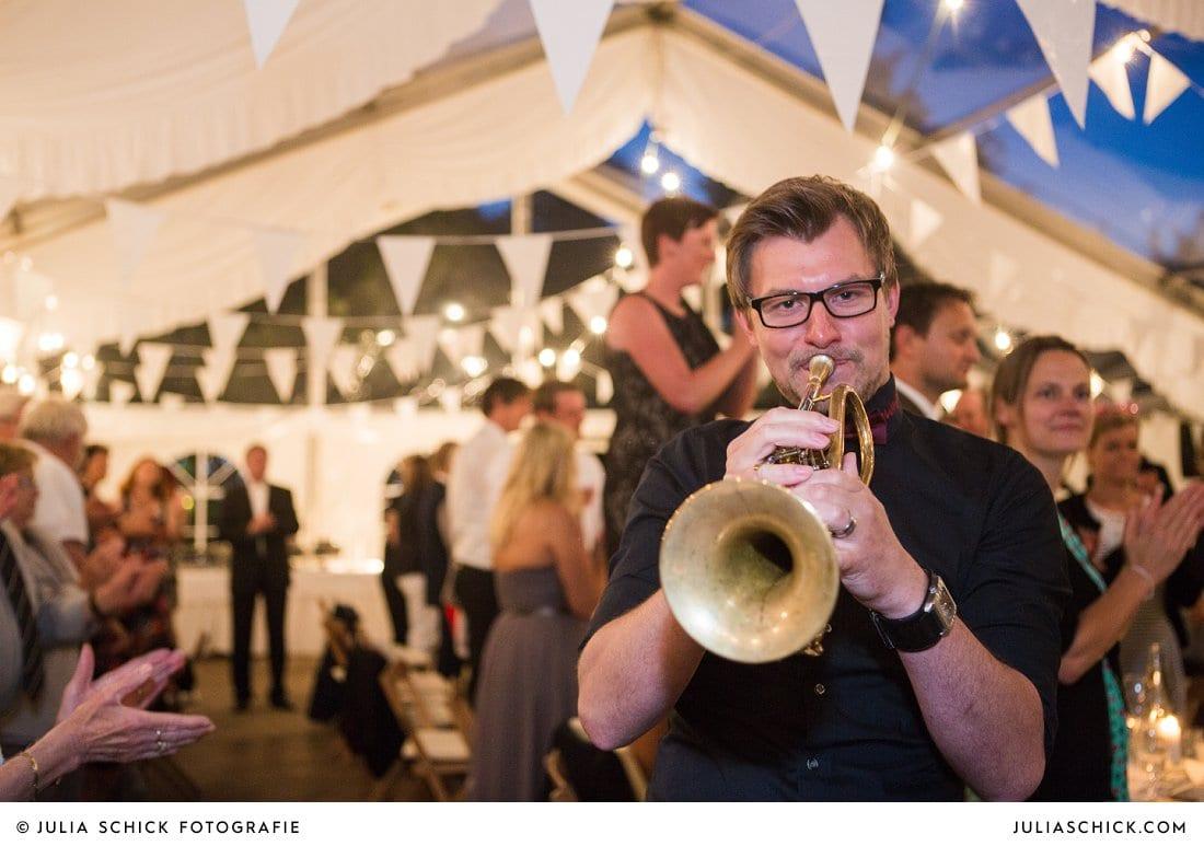 Trompeter der Drumpets aus Stadtlohn bei Hochzeitsfeier in Festzelt Haarmühle in Ahaus Alstättte