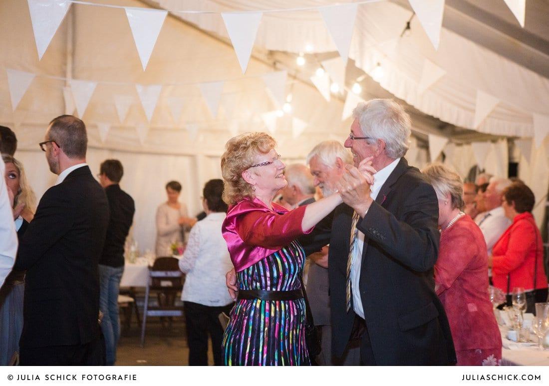 Tanzende Gäste bei Hochzeitsfeier