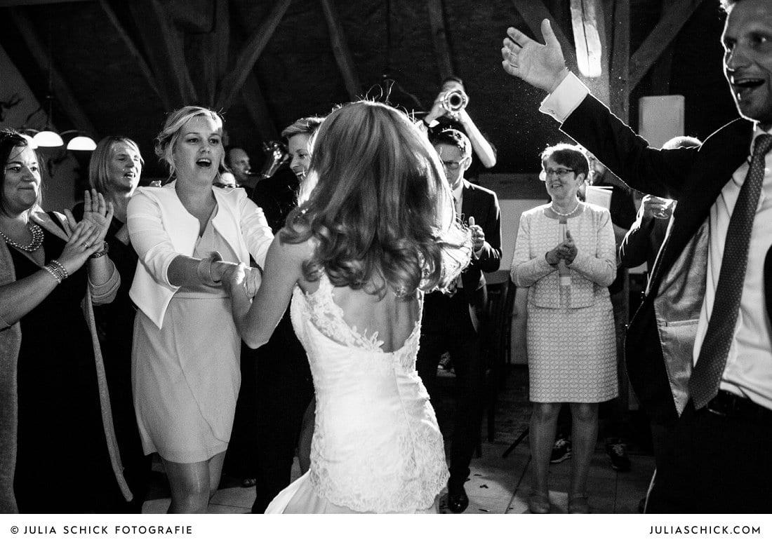 Tanzende Braut bei Hochzeitsfeier in der Festscheune des Landgasthaus Haarmühle in Ahaus Alstätte