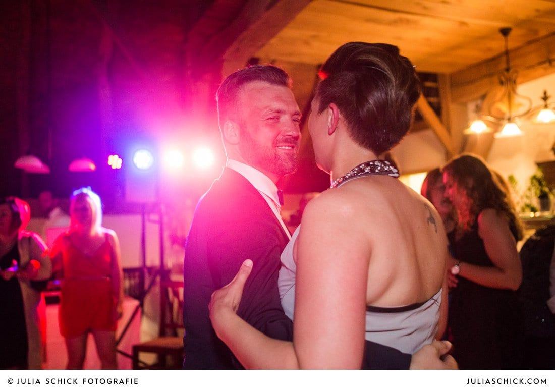Tanzende Gäste bei Hochzeitsfeier in der Festscheune Harmühle