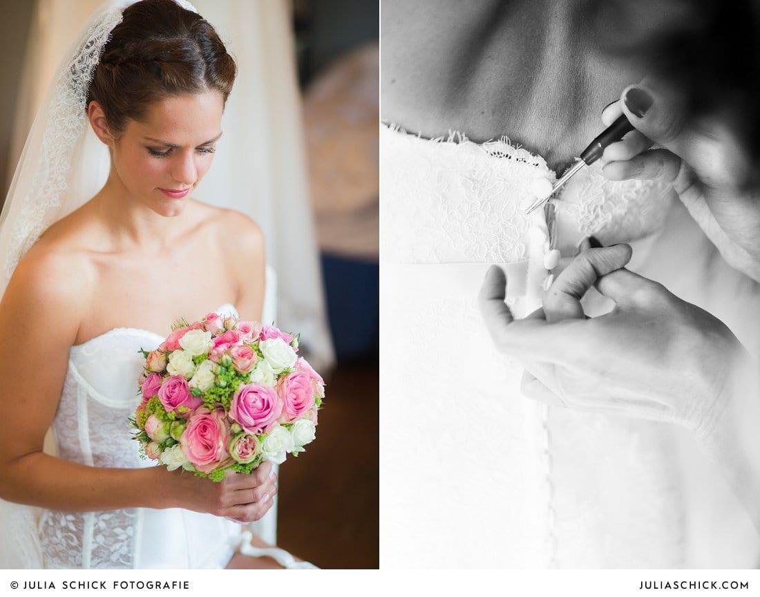 Braut in Unterwäsche mit Brautstrauß in rosa und weiß mit Rosen beim Ankleiden im Fischerhaus des Hof zur Linde in Münster Handorf
