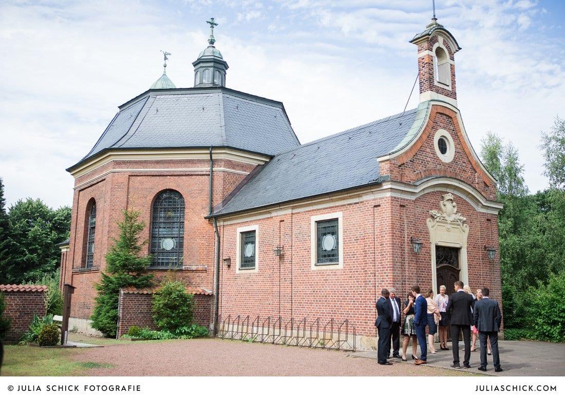 Hochzeitsgesellschaft vor der Dyckburgkirche in Münster Handorf