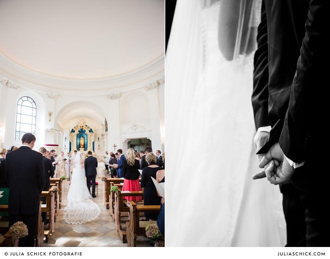 Braut mit Kathedralenschleier bei Traugottesdienst in der Dyckburgkirche in Münster Handorf