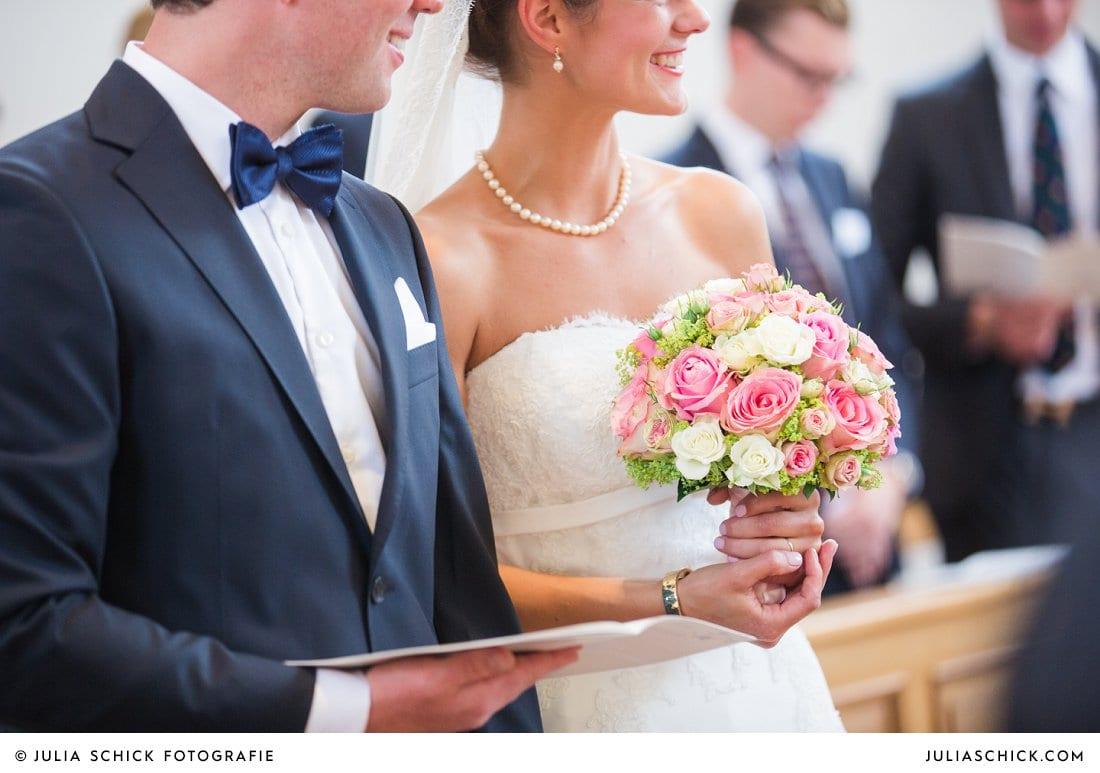 Brautstrauß mit rosa und weißen Rosen von Blumen Dahlmann bei kirchlicher Trauung in der Dyckburgkirche in Münster Handorf