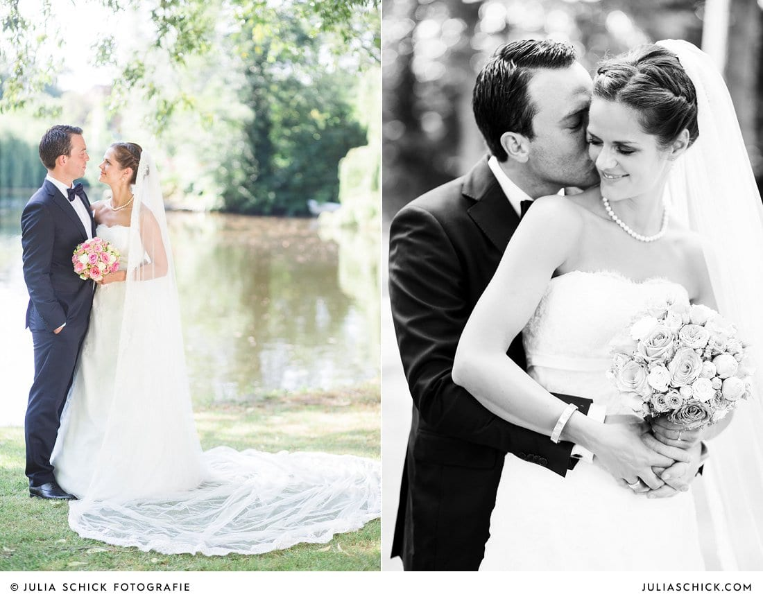 Brautpaar macht Hochzeitsfotos am Ufer der Werse auf dem Hof zur Linde