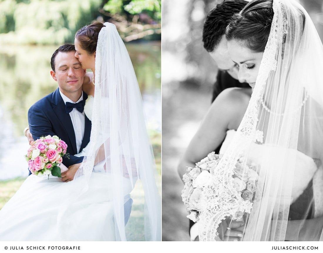Brautpaar bei Hochzeitsfotoshooting am Ufer der Werse auf dem Hof zur Linde