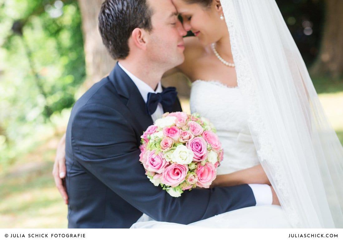 Rosa-Weißer Brautstrauß von Blumen Dahlmann und Brautpaar am Ufer der Werse auf dem Hof zur Linde