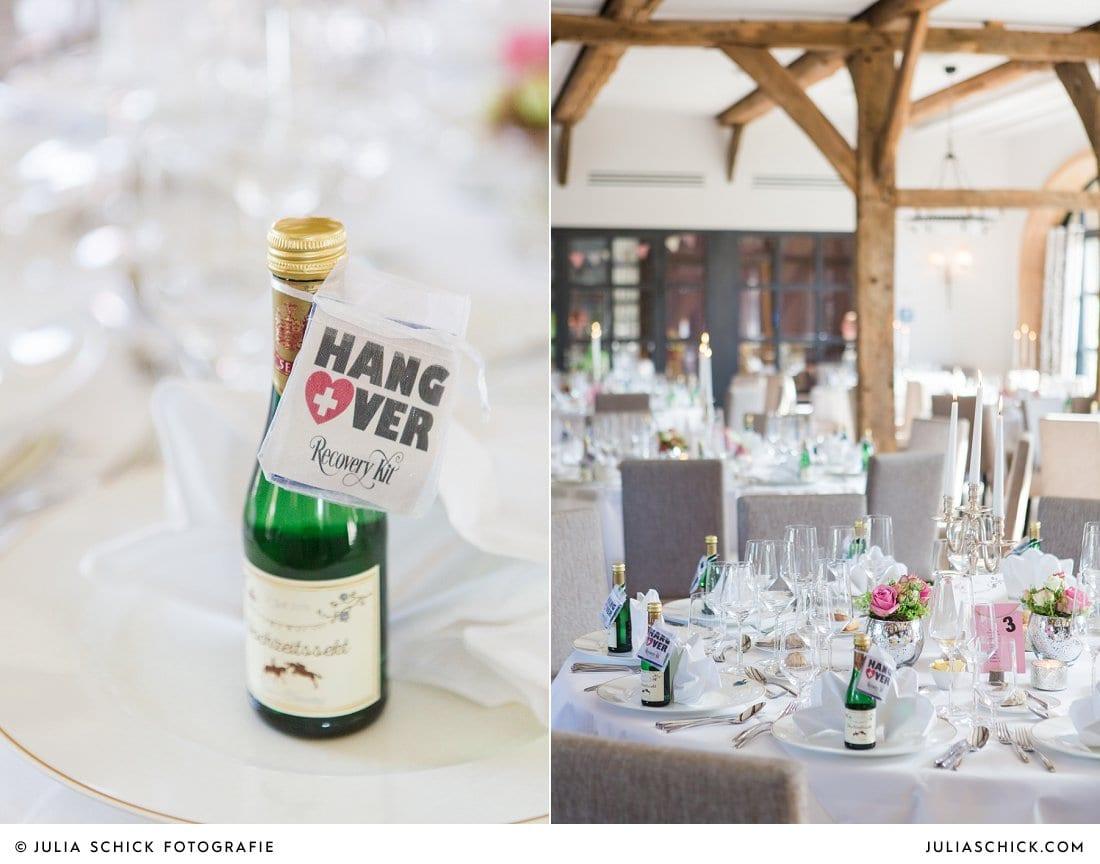 Hochzeitssekt als Gastgeschenk, Tischdekoration bei Hochzeit im Torhaus des Hof zur Linde Münster