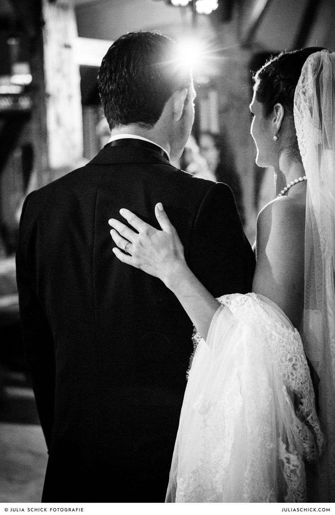 Brautpaar vor Eröffnungstanz bei Hochzeit im Hof zur Linde Münster