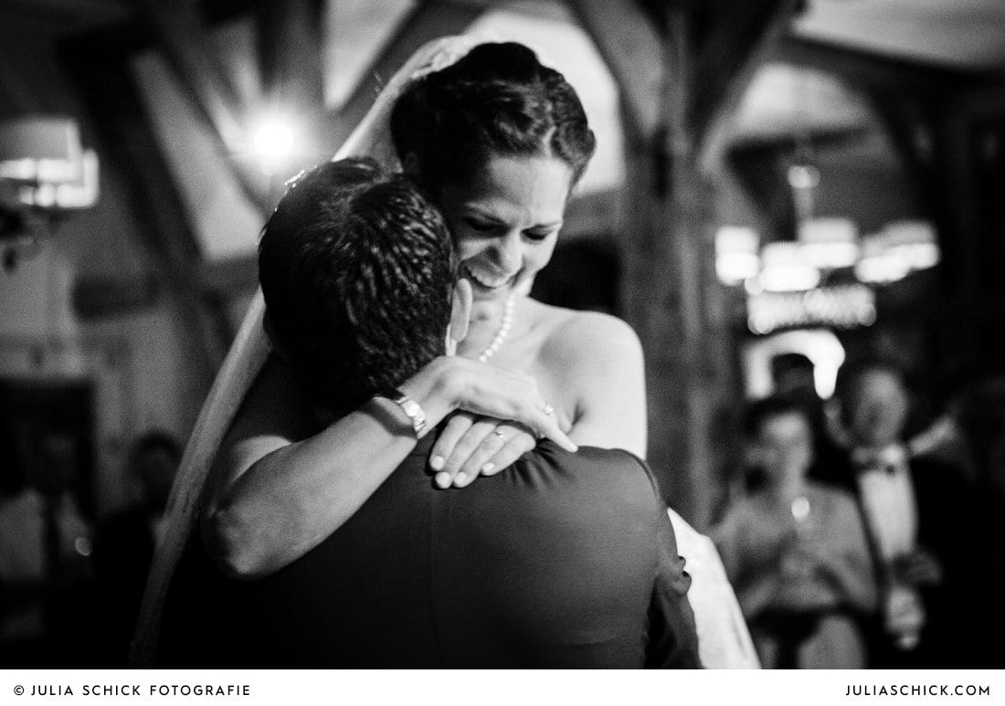 Braut umarmt Bräutigam nach dem Hochzeitstanz bei Hochzeit im Hof zur Linde Münster