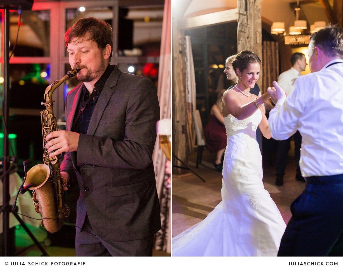 Saxophonist bei Hochzeit auf Hof zur Linde Münster, tanzende Braut mit Gast.