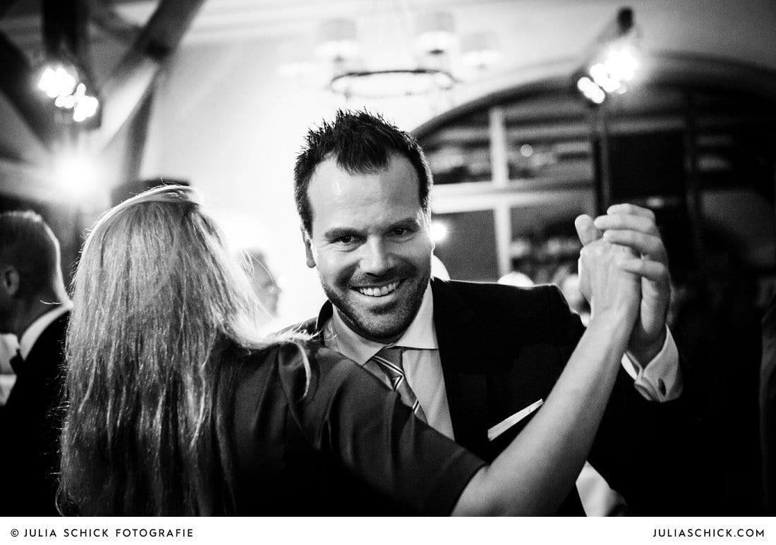 Tanzende Gäste bei Hochzeit im Hof zur Linde