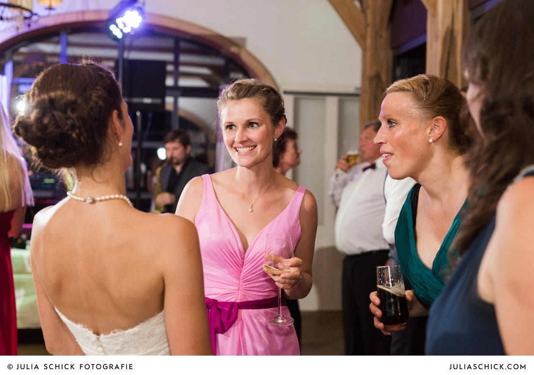 Hochzeitsgäste und Braut bei feier im Hof zur Linde