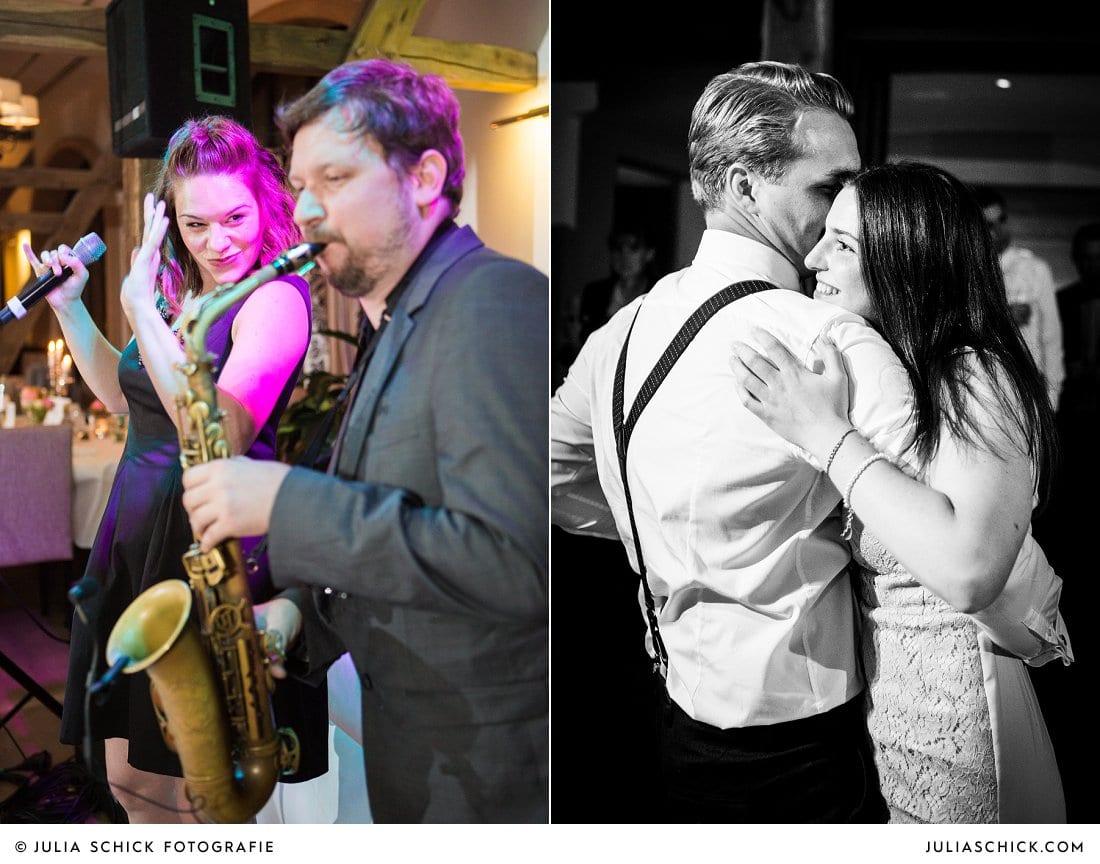 DJ Plus mit Saxophonist und Sängerin bei Hochzeit auf dem Hof zur Linde, tanzende Hochzeitsgäste.