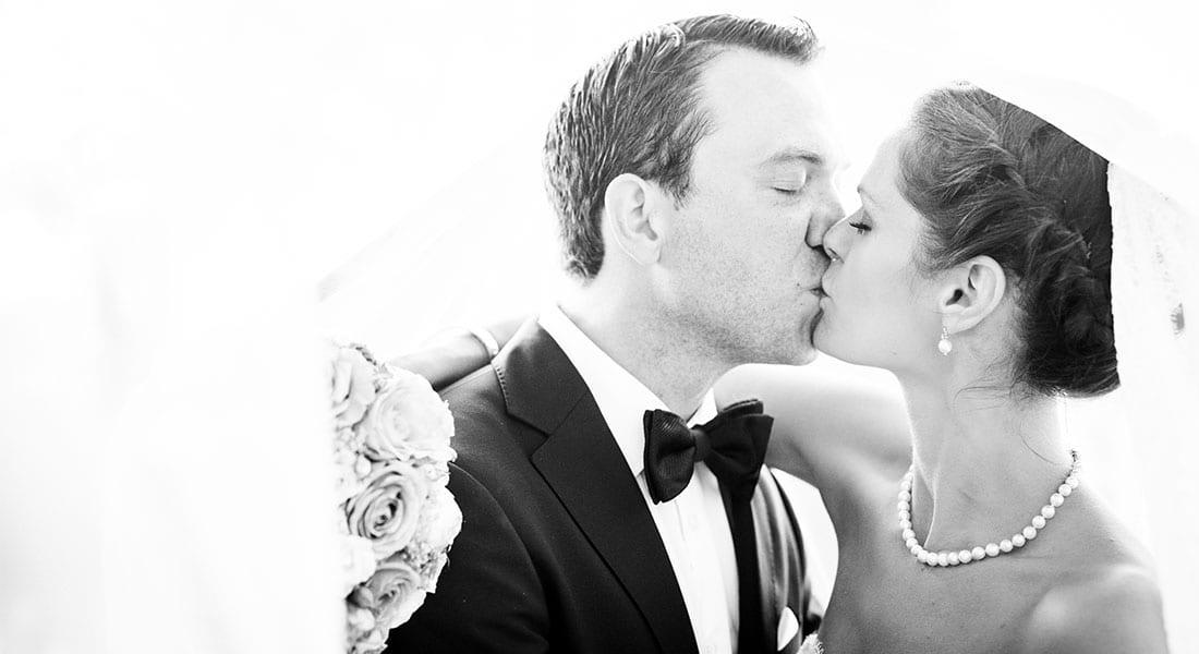 Hochzeitsfoto von küssendem Brautpaar fototgrafiert von Julia Schick