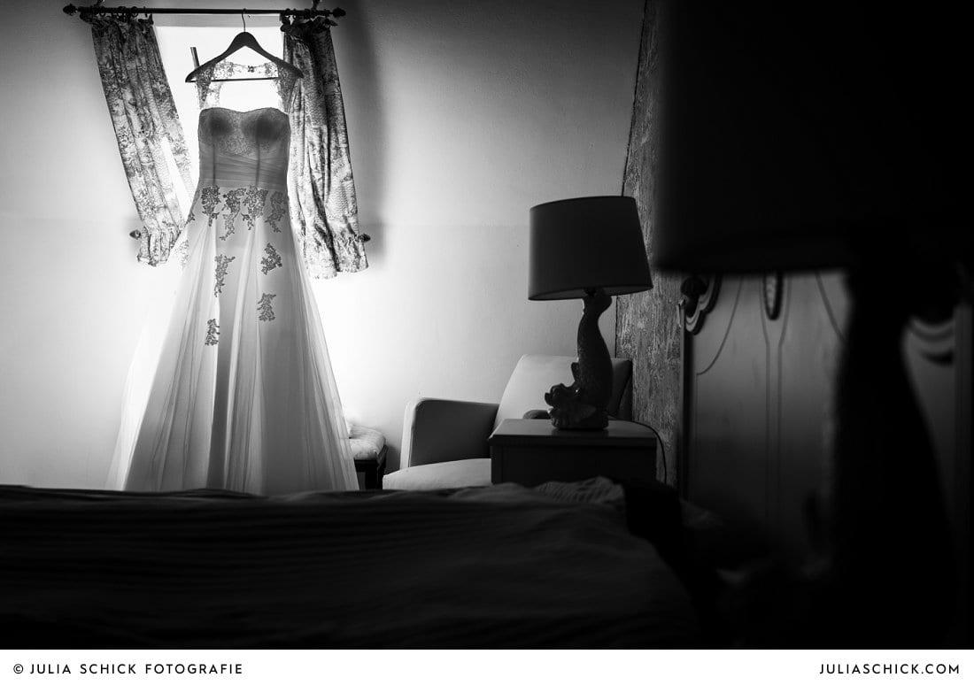 Brautkleid im Turmsalon der Schlossruine Hertefeld in Weeze