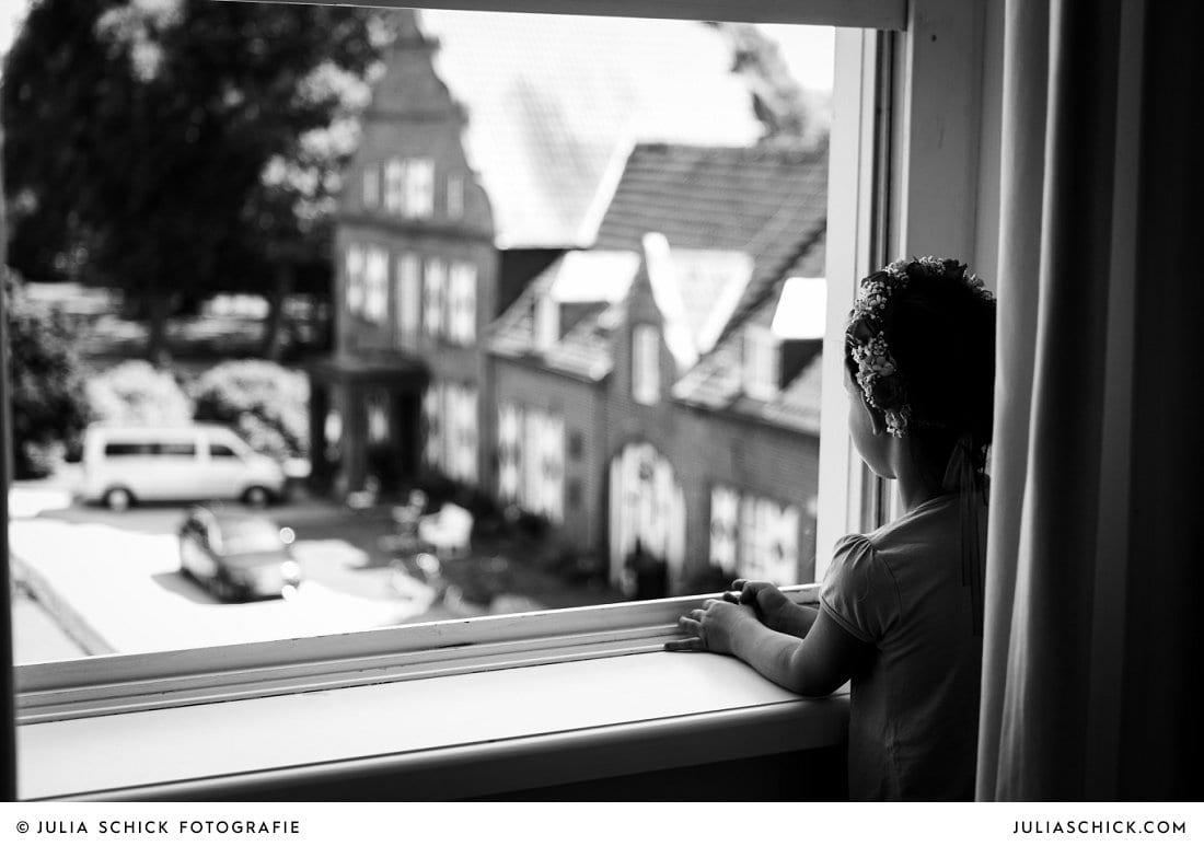 Blumenmädchen schaut aus dem Fenster des Turmsalons der Schlossruine Hertefeld in Weeze