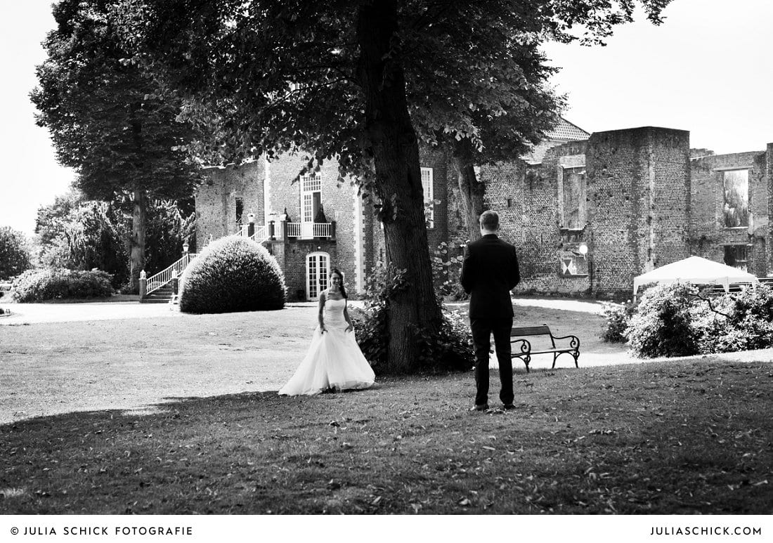 First Look des Brautpaares bei Hochzeitsfotoshooting an der Schlossruine Hertefekd in Weeze