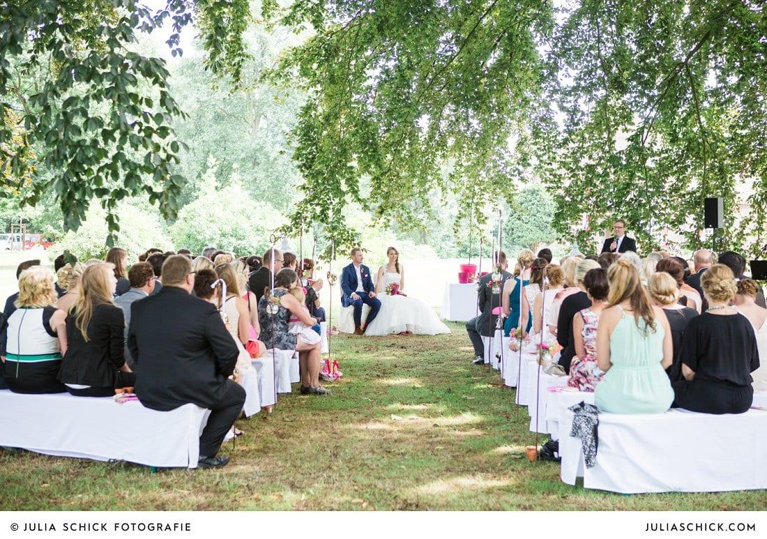 Hochzeitsgesellschaft bei freier Trauung an der Schlossruine Hertefeld in Weeze