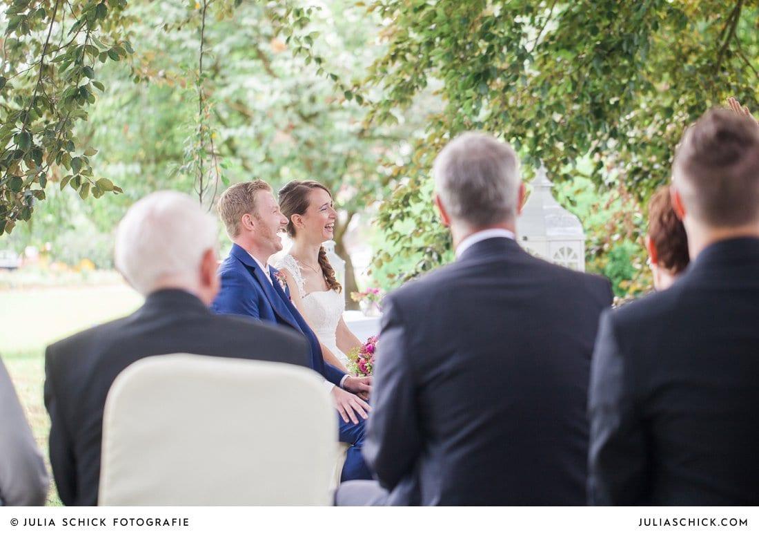 Lachendes Brautpaar bei freier Trauung an der Schlossruine Hertefeld in Weeze