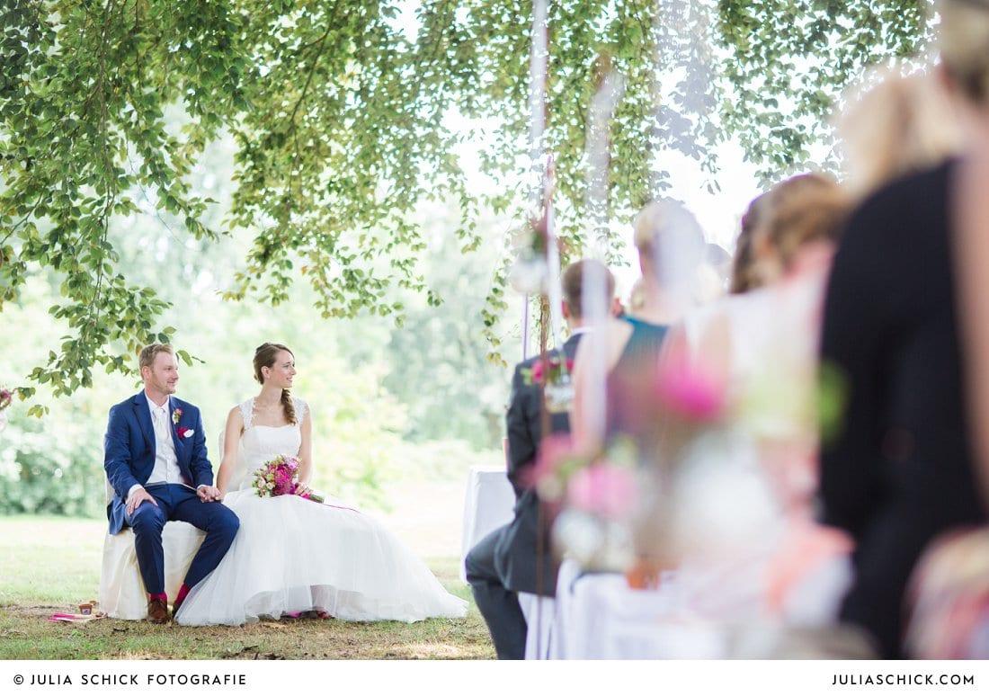 Brautpaar bei freier Trauung an der Schlossruine Hertefeld in Weeze