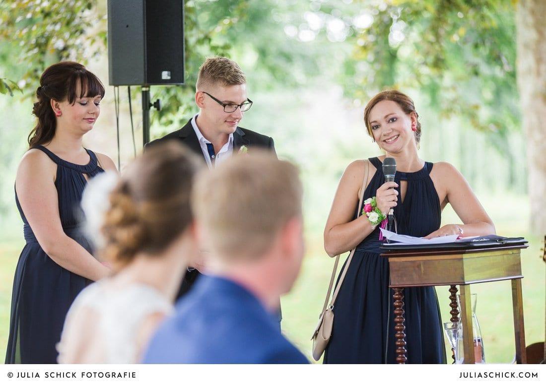 Rede der Trauzeugen bei freier Trauung an der Schlossruine Hertefeld in Weeze