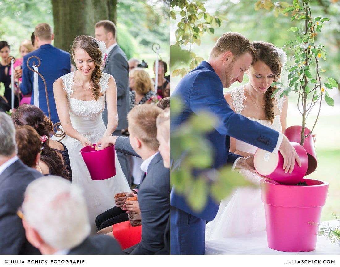 Brautpaar begräbt Freundschaftsringe als Ritual bei freier Trauung an der Schlossruine Hertefeld in Weeze