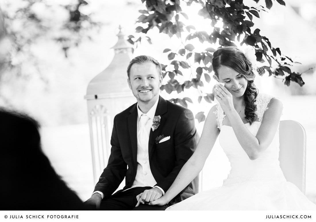 Weinende Braut bei freier Trauung an der Schlossruine Hertefeld in Weeze
