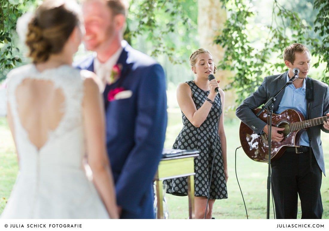 Brautpaar und Sänger bei freier Trauung an der Schlossruine Hertefeld in Weeze