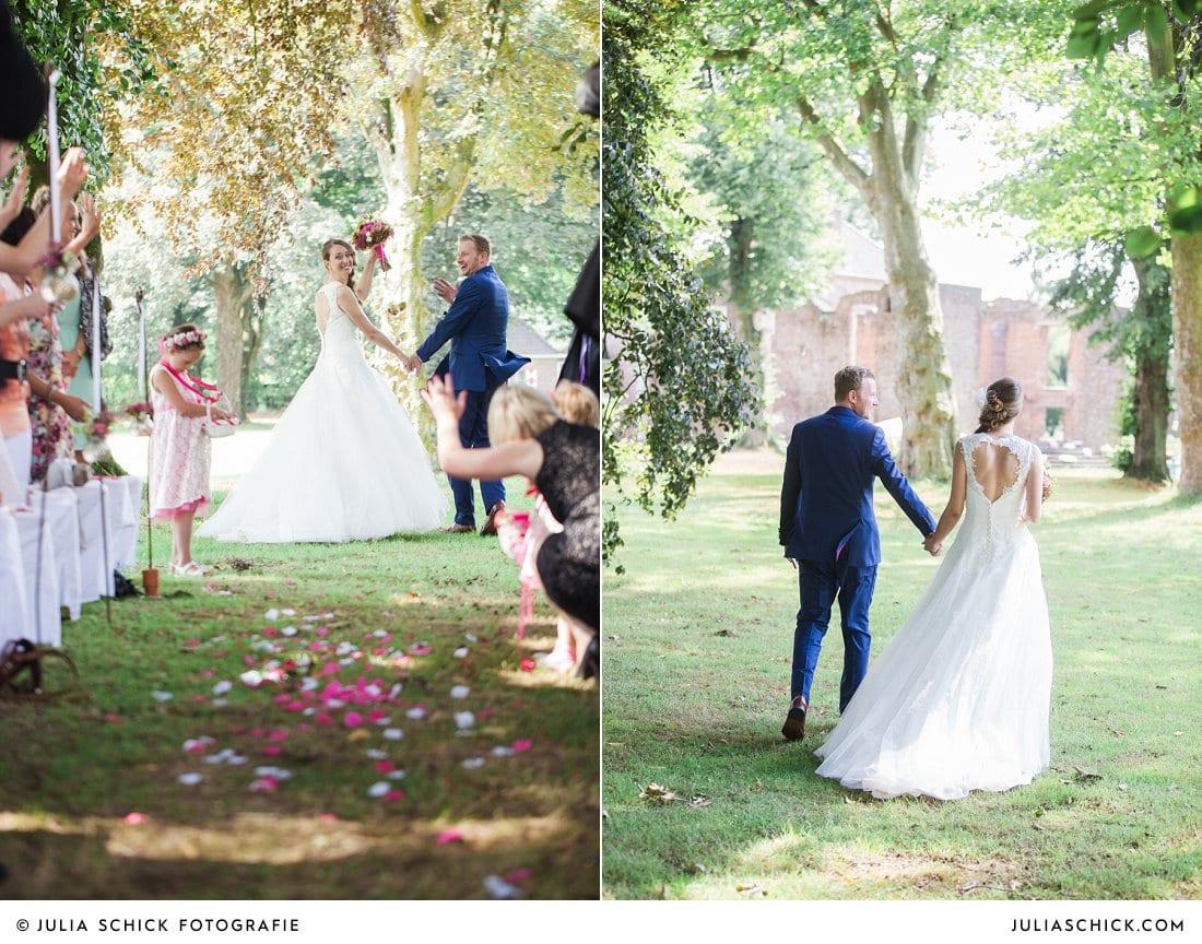 Auszug des Brautpaares nach freier Trauung im Park der an der Schlossruine Hertefeld in Weeze