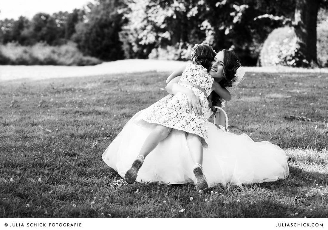 Blumenmädchen und Braut bei Hochzeit an der Schlossruine Hertefeld in Weeze