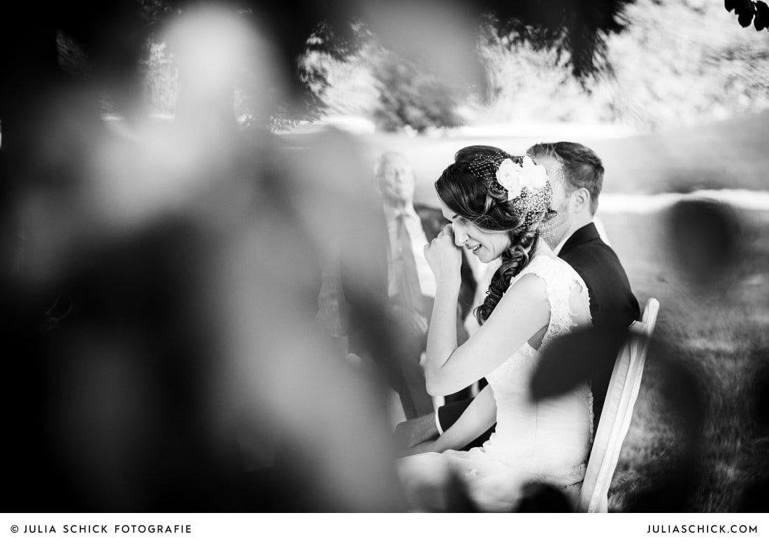 Weinende Braut bei freier Trauung im Park der Schlossruine Hertefeld in Weeze