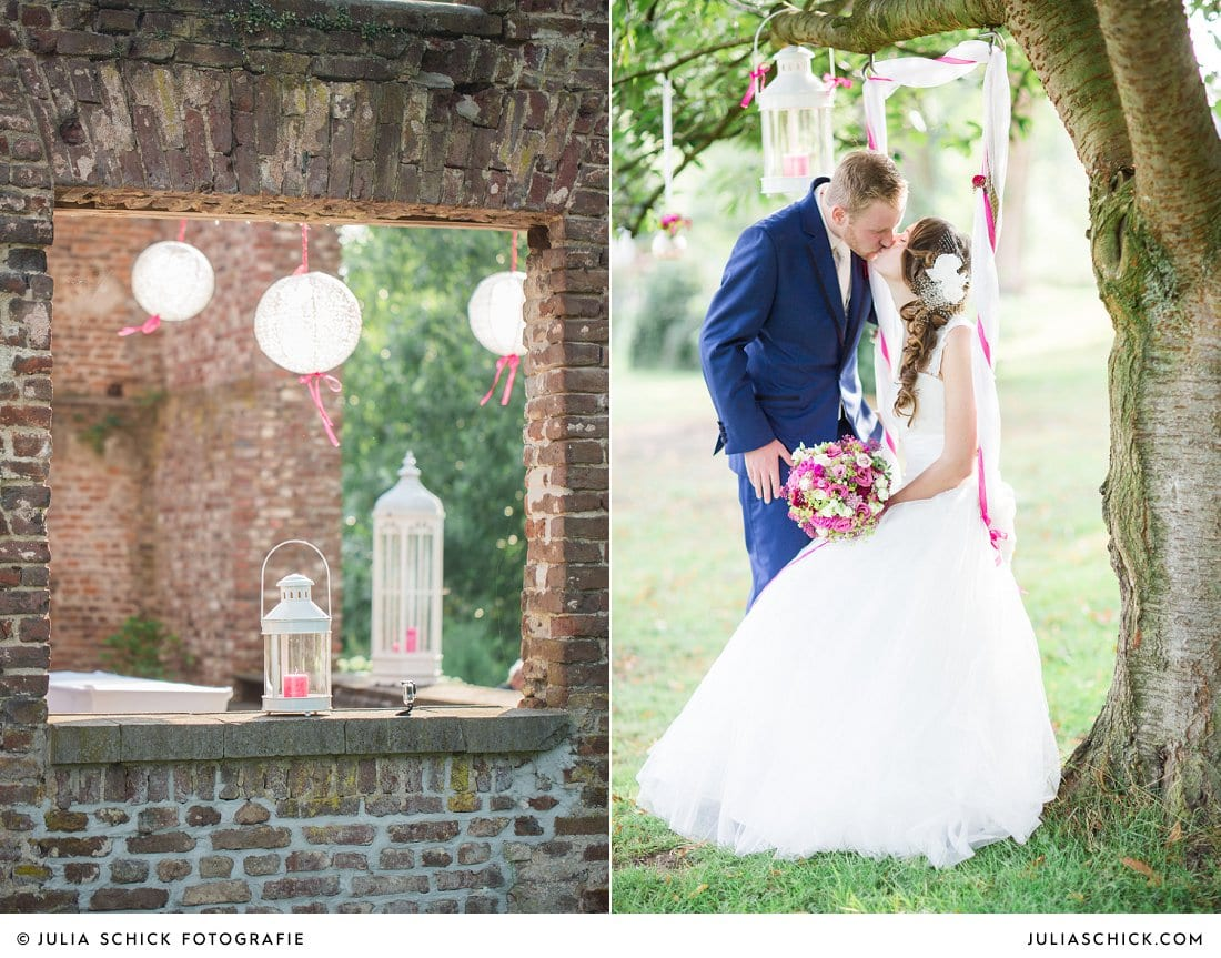 Küssendes Brautpaar auf Schaukel bei Hochzeitsfotos an der Schlossruine Hertefeld in Weeze