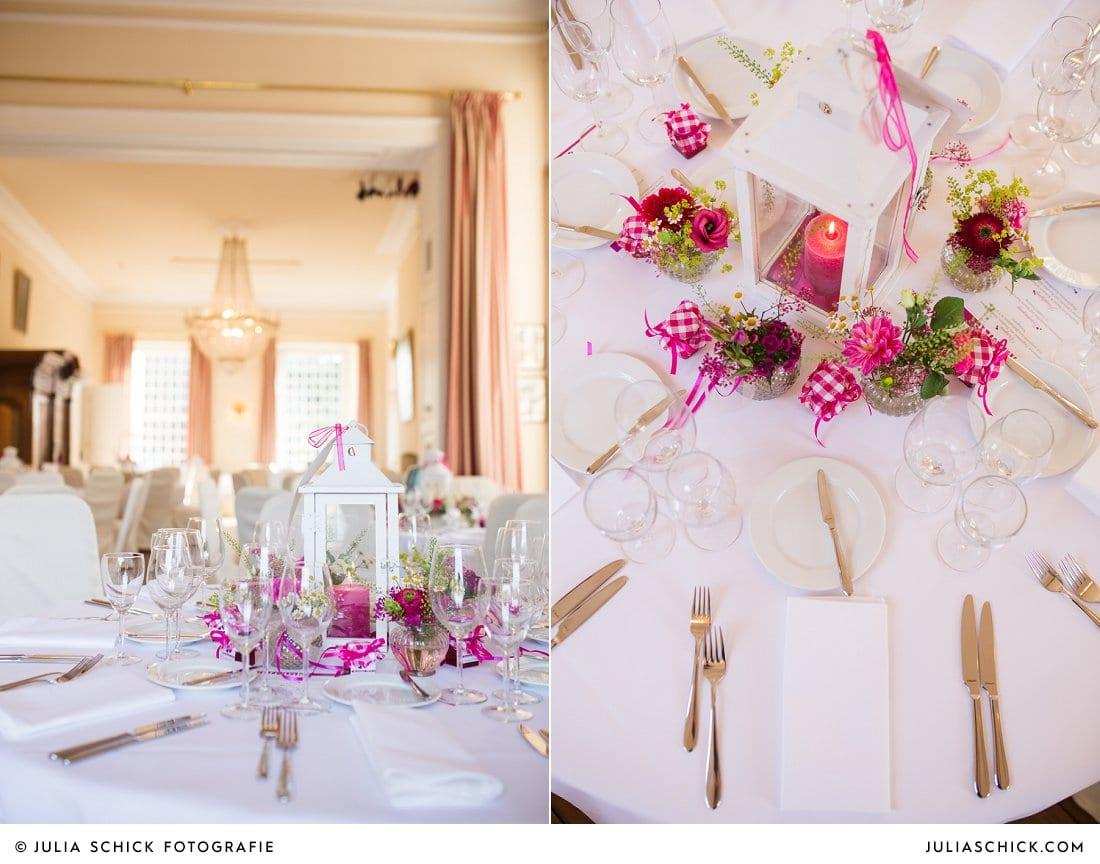 Tischdekoration mit Laternen und Dahlien sowie andern Blumen in pink und weiß im Kaminsaal der Schlossruine Hertefeld in Weeze