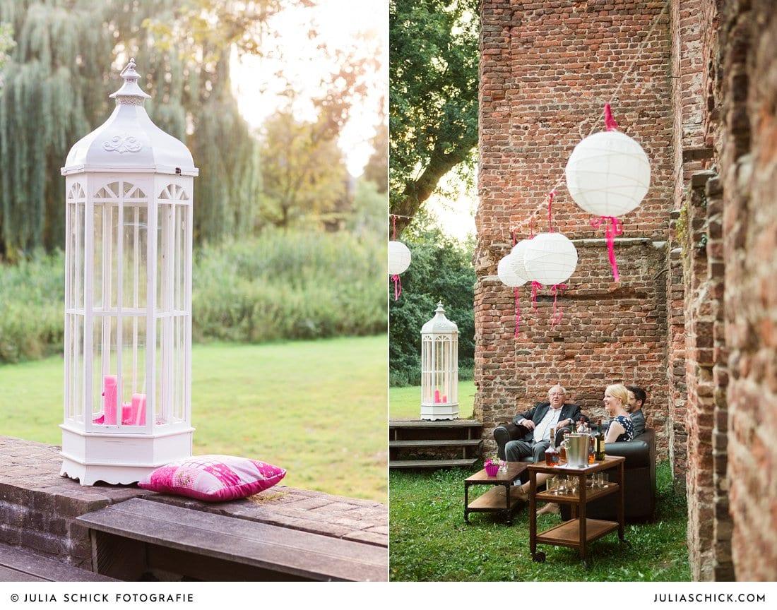Hochzeitsdekoration und Gäste an der Whiskeybar bei Hochzeitsfeier in der Schlossruine Hertefeld in Weeze