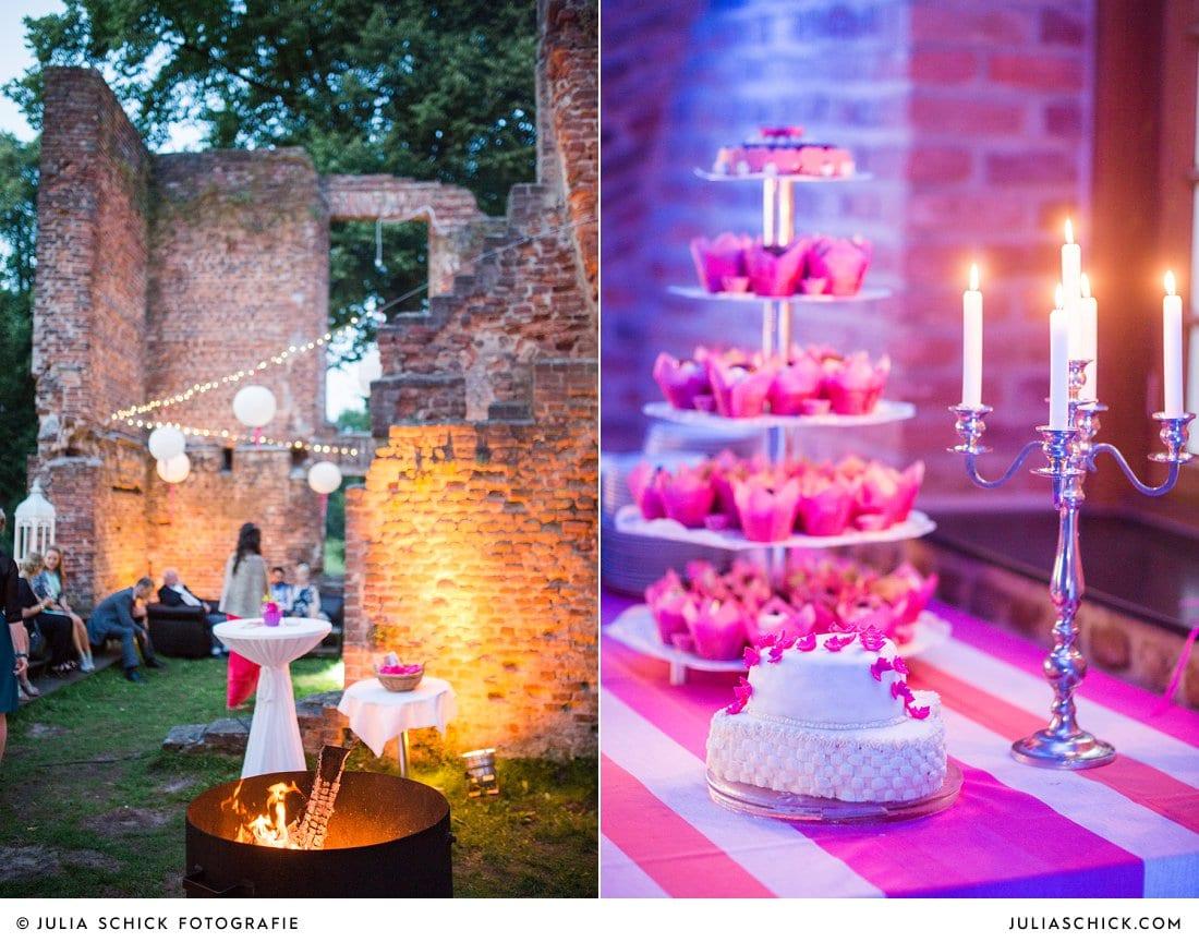 Offenes Feuer und Hochzeitstorte bei Hochzeitsfeier im Kreuzgewölbe der Schlossruine Hertefeld in Weeze