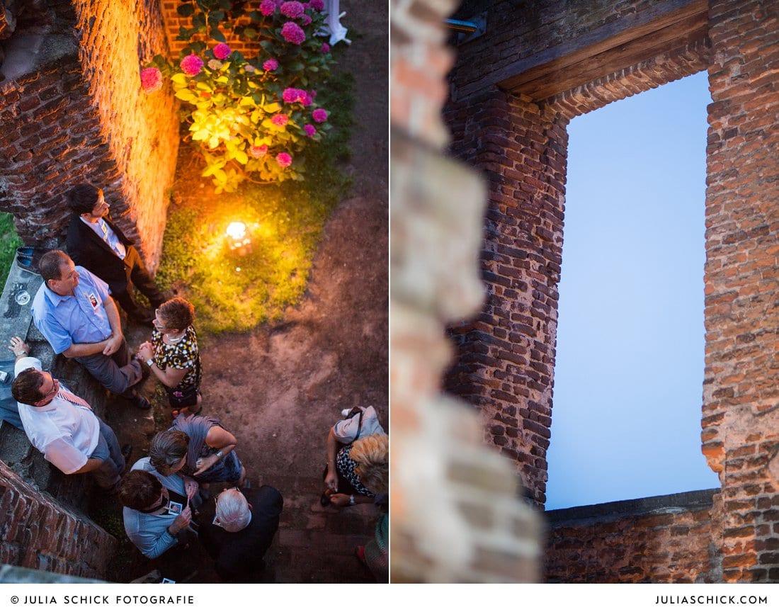 Gäste bei Hochzeitsfeier in der Schlossruine Hertefeld in Weeze